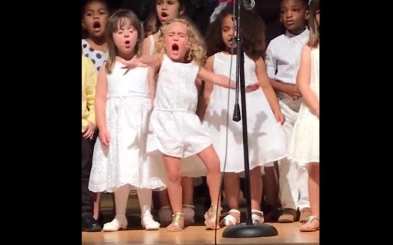 Эта малышка своим выступлением подарила смех многим пользователям Сети